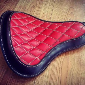Selle-Moto-cuir-harley-davidson-hold-fast-rouge-diamonds-artisanale-old-school-up